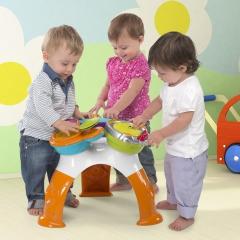 Дети играют со столиком
